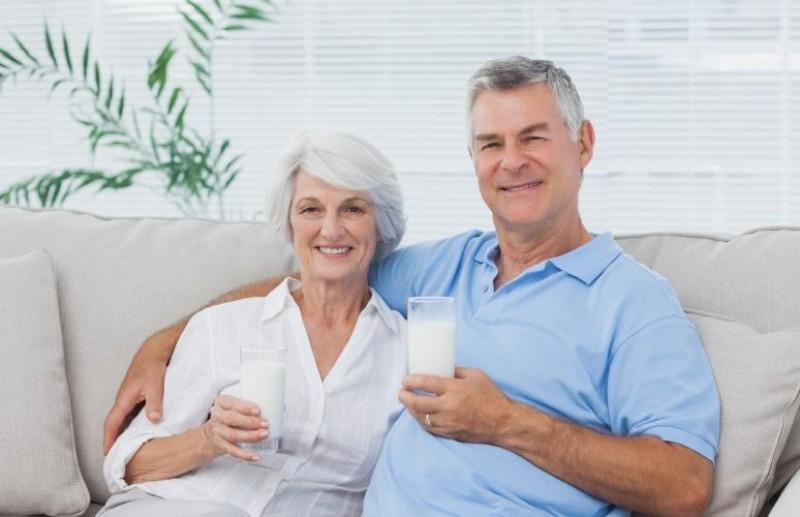 Kết quả hình ảnh cho ngÆ°á»i già uá»ng sữa